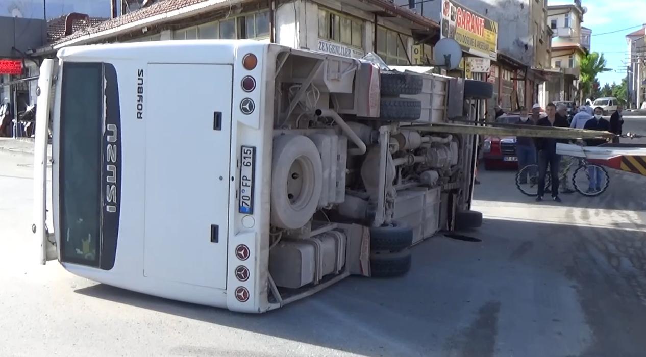 Taksi ile çarpışan servis yan yattı: 11 yaralı
