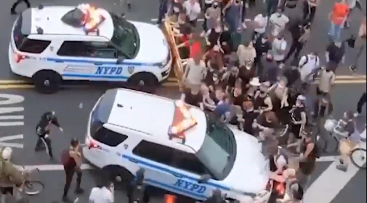 ABD'de polis arabası göstericileri ezdi, şok eden görüntüler pes dedirtti
