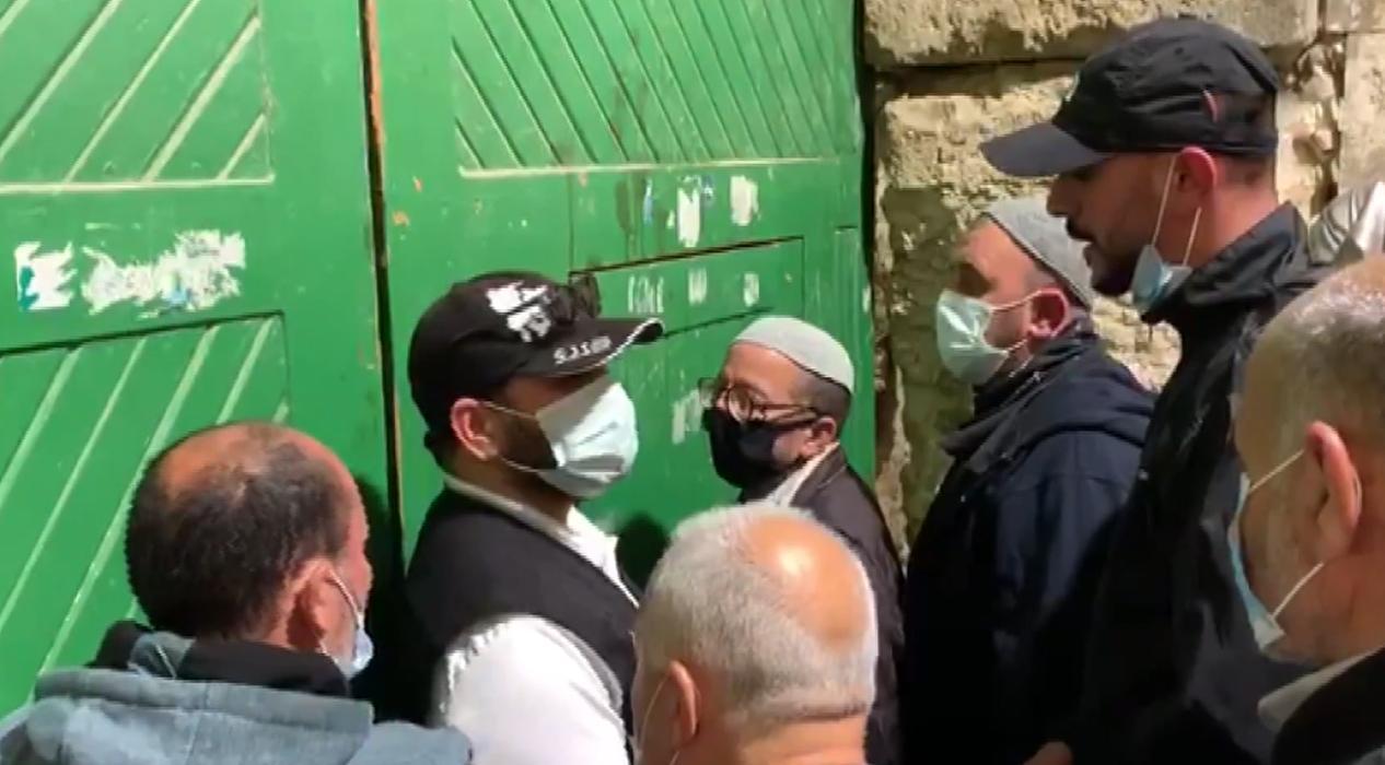 Filistinliler 2 ay sonra tekrar açılan Mescid-i Aksa'ya akın ettiler