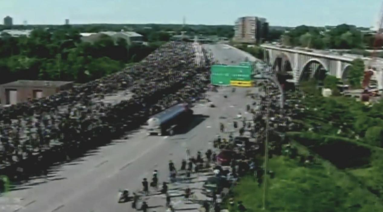 ABD'de tır protestocuların arasına daldı, protestocular affetmedi