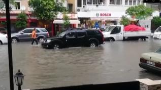 Cadde ve sokakları su bastı, İzmir Venedik'e döndü