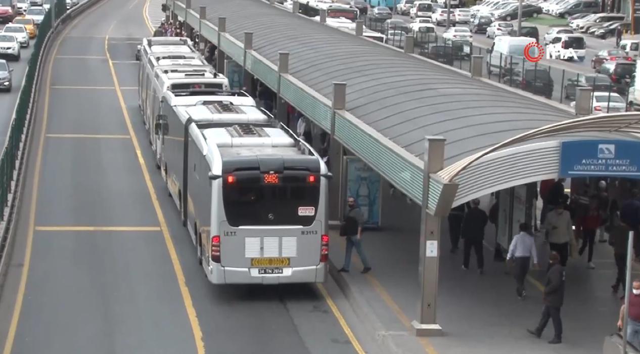Normalleşmenin ilk gününde Metrobüs duraklarında yoğunluk
