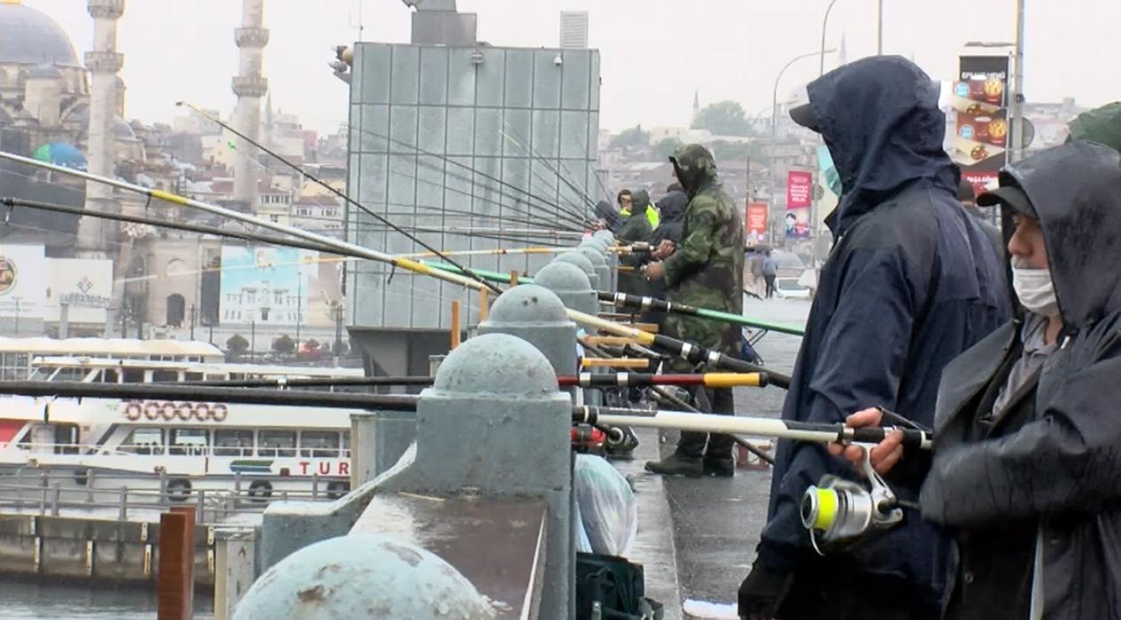 Yasağın kalkmasıyla yağmura rağmen soluğu Galata Köprüsü'nde aldılar