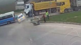 Kontrolden çıkan otomobil trafikteki araçların arasına böyle daldı
