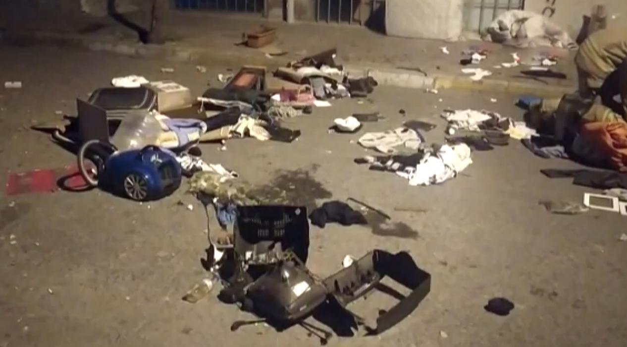 Sinir krizi geçiren kişi evindeki eşyaları sokağa fırlattı