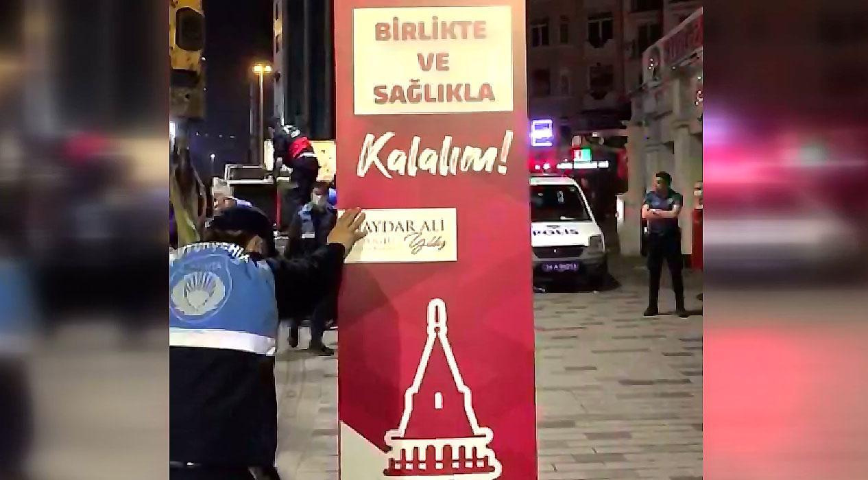 İBB ekipleri Beyoğlu Belediyesi'nin maske ve dezenfektan stantlarını kaldırdı