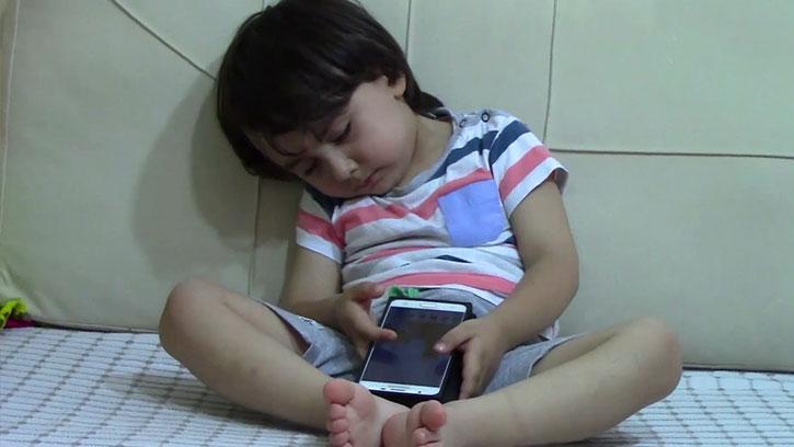 Telefon Tutkunu Miniğin Uykuyla Mücadelesi Güldürdü