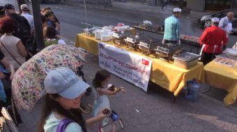 New York'taki 'Suça Karşı Ulusal Gece' etkinliğinde ücretsiz dağıtılan Türk yemekleri için New Yorkl