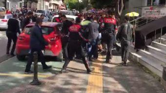 Zeytinburnu'nda bir saldırgan sokaktakilere bıçakla saldırdı.Olay yerine gelen polis ekiplerine de b