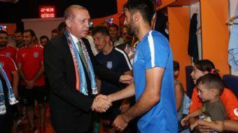 Cumhurbaşkanı Erdoğan, Club Brugge maçı sonrası Medipol Başakşehir takımının soyunma odasına giderek