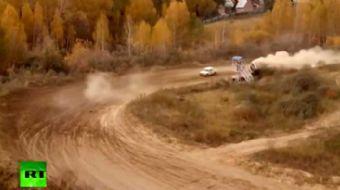 Rusya'n�n Sibirya b�lgesinde d�zenlenen ralli, otomobillerden birinin pistten ��karak hakem kulesini