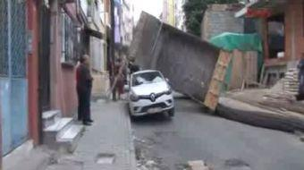 KAĞITHANE'de  bir kamyonet demir yükünü boşalttığı sırada park halindeki bir aracın üzerine devrildi