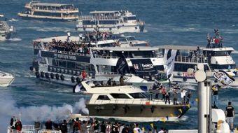 Beşiktaş'ın İstanbul Boğazı'nda yaptığı tekneli kutlama sırasında taraftarların bulunduğu 2 tekne bi