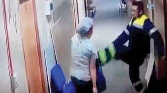 Şili'de hastanede bir sağlık personeli, tartışma sırasında hamile olan iş arkadaşının karnını tekmel