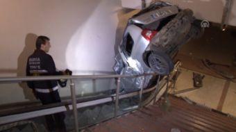 Bursa'nın merkez Osmangazi ilçesinde, bir otomobil metro yaya alt geçidine yuvarlandı.Alınan bilgiye