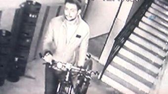 Eskişehir'de yaşanan hırsızlık olayında, güvenlik kameralarına aldırış etmeyen hırsız, asgari ücretl