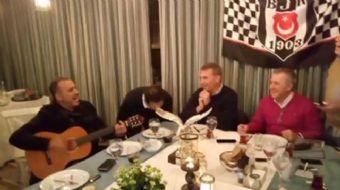 Beşiktaş Başkanı Fikret Orman, Antalya'da sanatçı Haluk Levent'in şarkılarıyla keyifli bir gece geçi