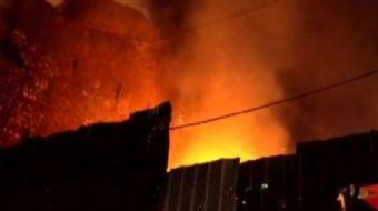 Fatih'te 4 katlı bir binanın ikinci katındaki dairede yangın çaktı. Olay yerine gelen itfaiye ekiple