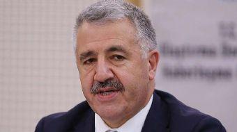 Ulaştırma Bakanı Ahmet Arslan, uçaklarda cihaz yasağına ilişkin yaptığı açıklamada, 'Laptop yasağını
