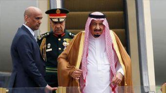 """Suudi Arabistan Kralı Selman Bin Abdülaziz'in Rusya ziyaretinde uçaktan inerken """"altın kaplı"""" olduğu"""