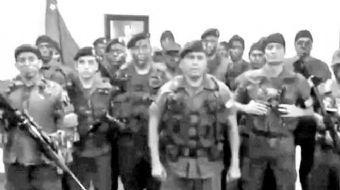 İç karışıklık ve siyasi krizin devam ettiği Venezüella'da bir grup asker silahlarla Valencia'daki bi