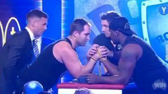 Bilek güreşi yaparken rakibine dayanamayan sporcunun kolu kırıldı!