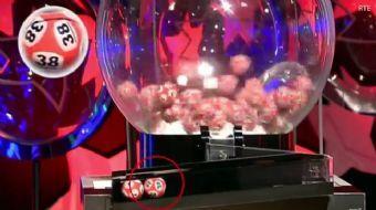 İrlanda'nın şans topu oyunu Lotto Plus 1'in cumartesi günkü çekilişinde yaşanan olay ülkede gündemi