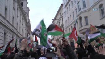 Avusturya'nın başkenti Viyana'da 2 bini aşkın kişinin katılımıyla düzenlenen gösteride, ABD'nin Kudü