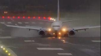 Birmingham Havaalanı'nda Sert Fırtına Nedeniyle Uçaklar Zor Anlar Yaşadı