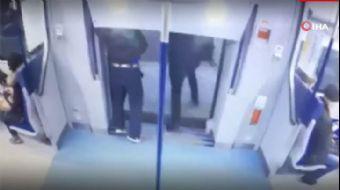 Yanlış Metroya Binen Yolcu Dışarı Atladı!