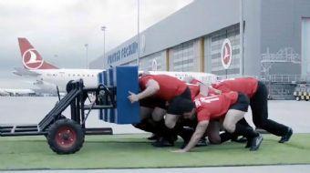 Dünyaca ünlü Rugby oyuncusu Lawrence Dallaglio ve ekibi Türk Hava Yolları'nın koca Airbus 330 uçağın