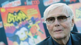 Batman film serisinde yer alan efsanevi oyuncu Adam West 88 yaşında hayatını kaybetti.