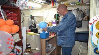 Balıkesir'de balon süsleme işi yapan organizatör Abdullah Sadıç, sokaklarda seyyar satılan uçan balo
