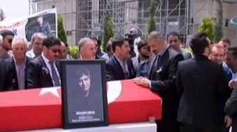 Hayatını kaybeden ünlü sanatçı İbrahim Erkal son yolculuğuna uğurlanıyor. Cenaze namazı öncesi cami