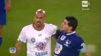 D�nyan�n gelmi� ge�mi� en iyi oyuncular�ndan Maradona, efsaneler ma��nda kavga etti. 'Bar�� i�in Ma