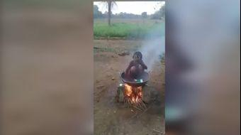 Malezya'da bir köyde sıcak su ile duş almak isteyen çocuk, altında ateş yanan kazanın içindeki suyla
