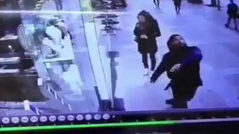 Yerde gördüğü balona röveşata çekmeye çalışan adamın görüntüleri sosyal medyada paylaşım rekorları k