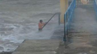 Fırtınada Denize Giren Adamın Zor Anları