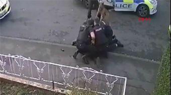 İngiliz Polisi, Teslim Olan Şüpheliyi Darp Ederek Gözaltına Aldı! Sosyal Medyada Tepki Yağdı