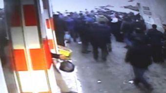 Ağrı'da Sabit Semt Pazarı'nın çökme anı güvenlik kameralarına yansıdı. Çatının çatırdaması ile kaçma