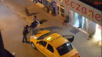 Balıkesir'in Edremit ilçesinde eşine kızan bir kadın, kocasını sokak ortasında dövdü. Öfkesi dinmeye
