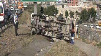 TEM Otoyolu'nda sürücüsünün direksiyon hakimiyetini kaybettiği meyve yüklü kamyonet bariyerleri aşıp