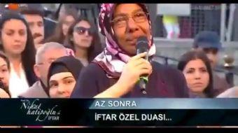 Sultanahmet Meydanı'nda canlı yayında Ramazan sohbetleri yapan Nihat Hatipoğlu vatandaşların oruç il