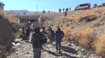 Hakkari Yüksekova'da kaçakları taşıyan kamyonet şarampole yuvarlandı 66 yaralı