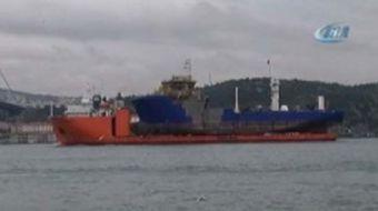 İstanbul Boğazı'ndan geçen dev nakliye gemisinin üzerinde yine dev bir nakliye gemisinin taşınmakta