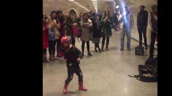 Yer İstanbul, Kadıköy-Kartal metrosu. Tesadüfen karşılaştığı sokak müzisyenlerine şeflik yapan minik