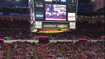 Taraftarlar hokey maçında 1 çocuğun sürekli ekrana çıkması için, ekrana çıkan herkesi yuhalıyor