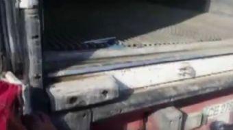 Aracının arkasında kaçak sigara kolileri yakalatan şoförün verdiği tepki ekipleri hayrete düşürdü