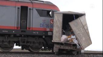 Hemzemin Geçitten Geçmeye Çalışan Kamyonete Yük Treni Çarptı