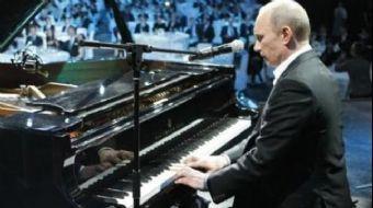 Rusya Devlet Başkanı Vladimir Putin, Çinli mevkidaşını beklerken boş durmadı maharetini pıyano başın
